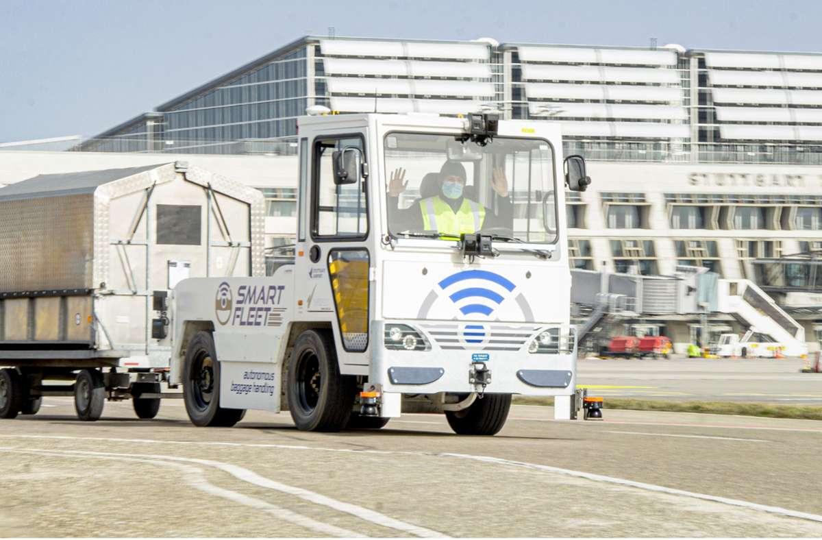 Hände hoch: Der Fahrer muss in diesem Versuchsfahrzeug für automatisierten Gepäcktransport kaum mehr eingreifen. Foto: Flughafen Stuttgart GmbH