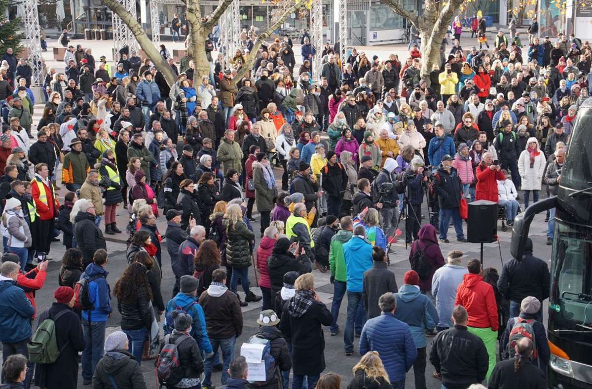 In Pforzheim haben sich zahlreiche Menschen zur Protestkundgebung versammelt. Foto: SDMG/SDMG / Gress