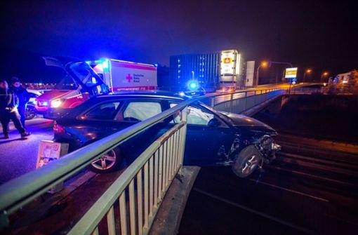 Auto bricht durch Geländer - Fatale Kettenreaktion