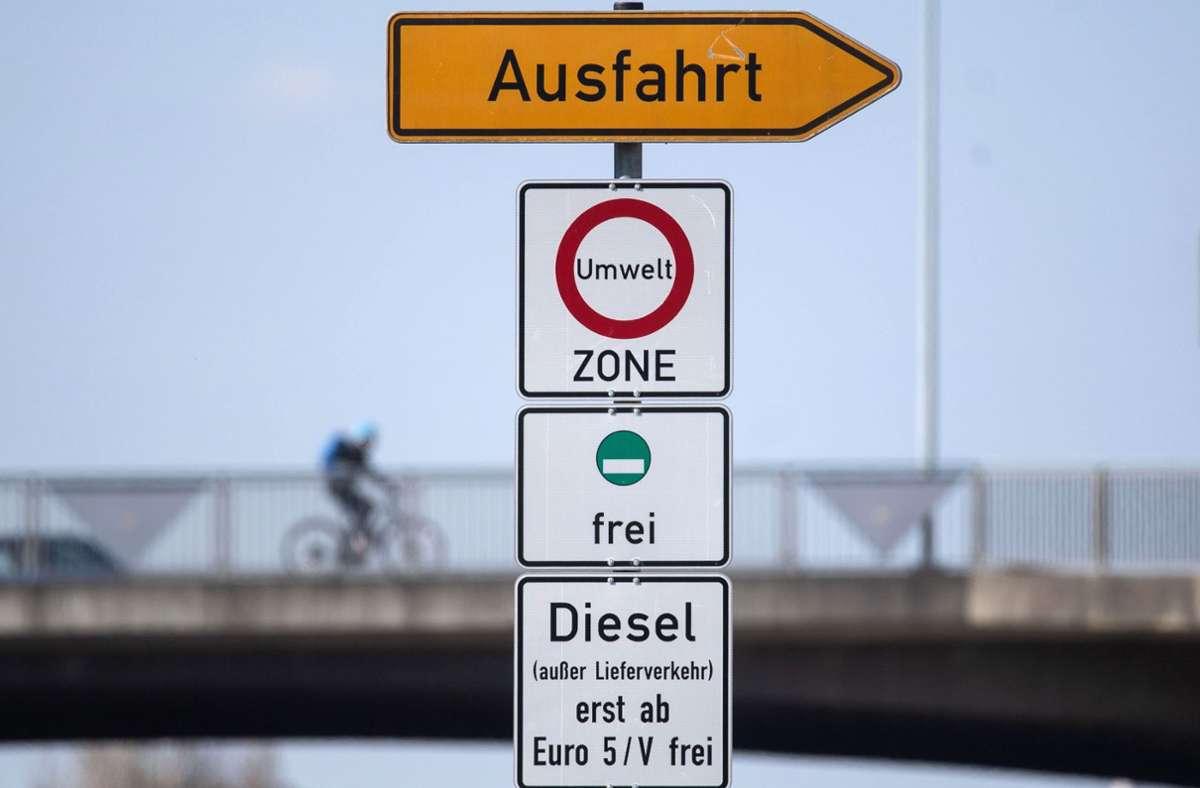 Die Landesregierung versucht, eine Ausfahrt zu finden, um in Stuttgart ein weiteres Dieselfahrverbot für Autos der Euronorm 5 zu vermeiden. Foto: dpa/Marijan Murat