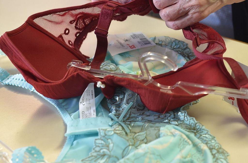 Das Geld hatte die Frau in einem BH eingenäht (Symbolfoto). Foto: dpa