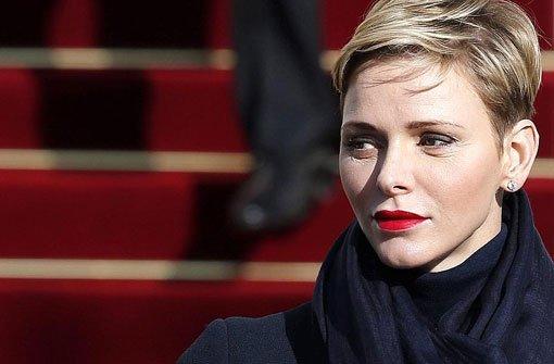 Alle Blicke galten beim Gottesdienst zu Ehren der Heiligen Devota natürlich Charlène von Monaco. Das Haar perfekt gestylt, die roten Lippen als Hingucker des sonst gedeckten Outfits. Foto: dpa