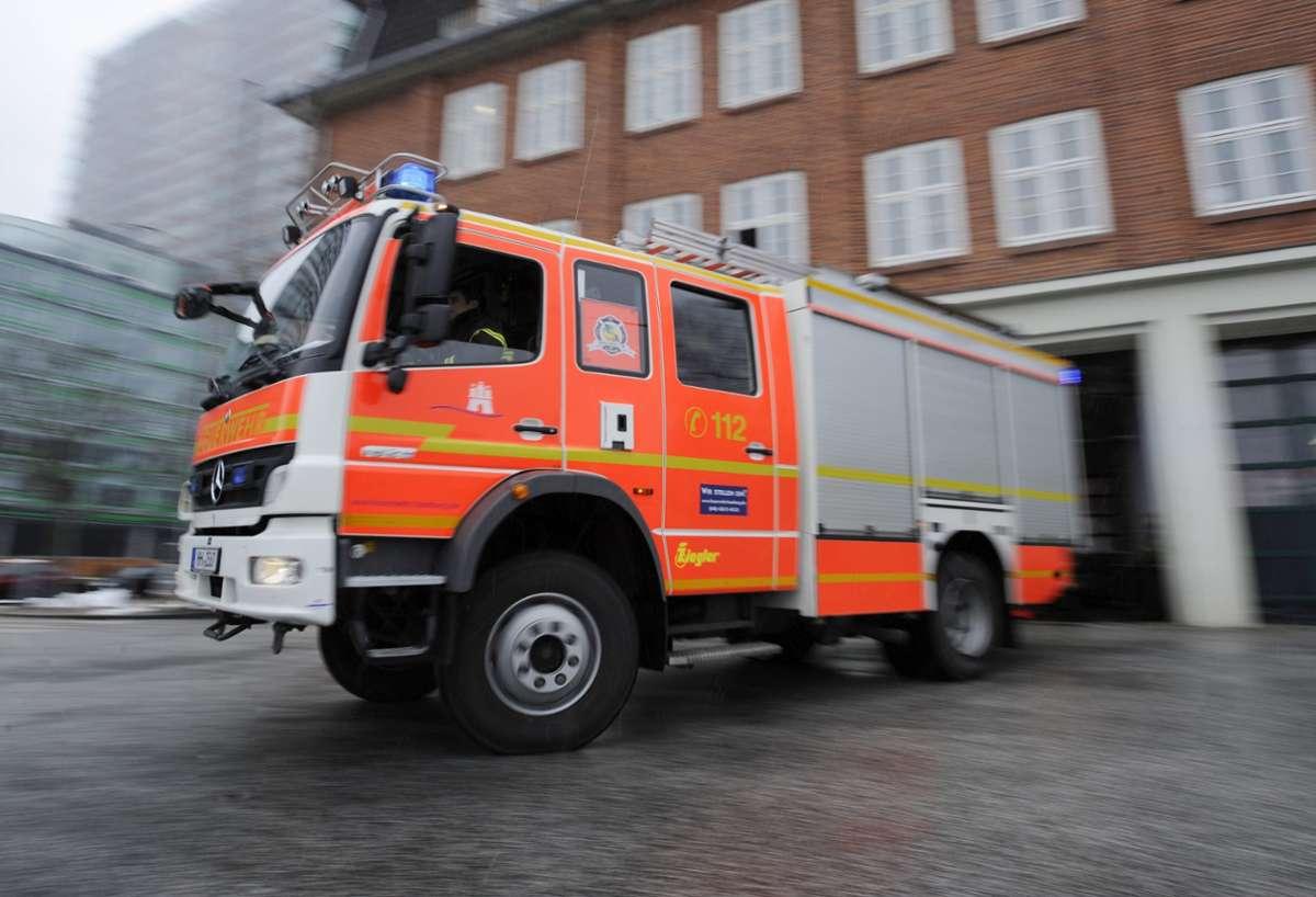 Die Feuerwehr war mit 44 Einsatzkräften vor Ort. Wegen der starken Rauchentwicklung entstand bei dem Brand ein hoher Schaden.  Foto: dpa