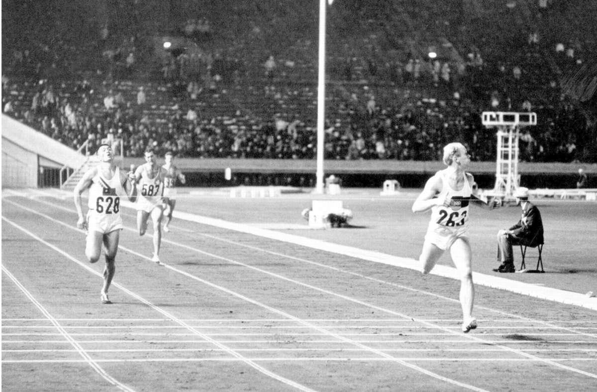 Willi Holdorf (r) aus der Bundesrepublik gewinnt bei den XVIII. Olympischen Spielen von Tokio den 400-m-Lauf der Zehnkämpfer in 48,2 Sekunden. Foto: dpa
