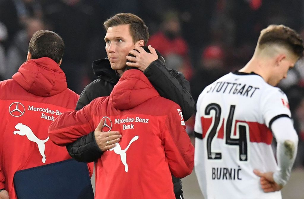 Da tröstet Hannes Wolf noch seine Spieler, am Tag nach der Niederlage gegen Schalke 04 musste er sich verabschieden. Foto: AFP