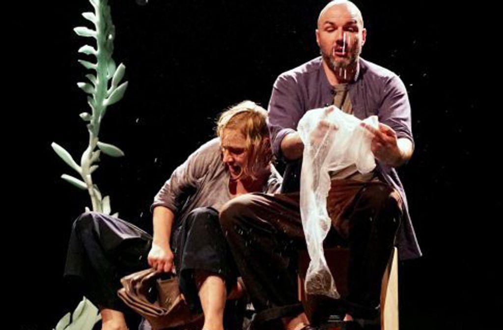 """Antje Töpfer und Roderick Vanderstraeten erkunden das Element Wasser – Szene aus dem Figurentheaterstück """"Zwei im Fluss"""". Foto: Fitz/F. Feisel"""