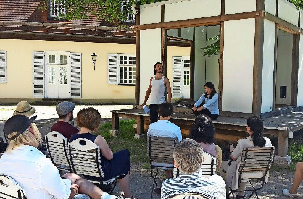 Zwei Schauspieler vom Theater Rampe stellten den Text szenisch dar. Foto: Julia Bosch