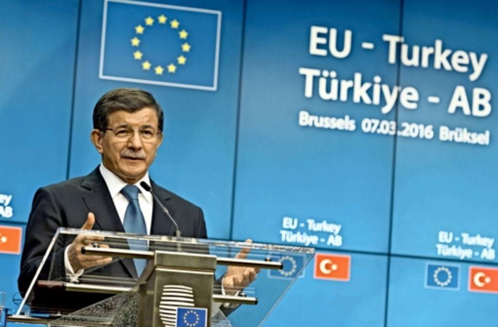 Die Türkei nimmt eine Schlüsselrolle bei der Lösung der Flüchtlingsfrage innerhalb Europas ein. Der türkische Premier Davutoglu zeigt sich selbstbewusst. Foto: imago