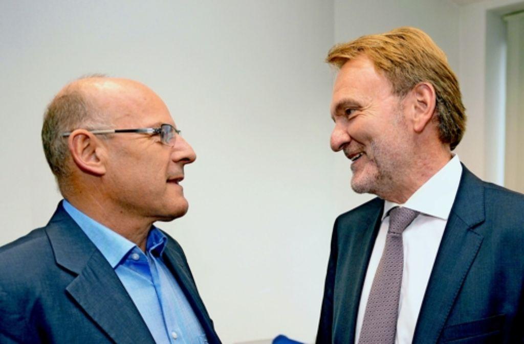Verkehrsminister Winfried Hermann (links) und Bahn-Vorstand Volker Kefer haben schon über Vieles gesprochen, nur noch nicht über zwei Milliarden Euro Mehrkosten. Foto: dpa