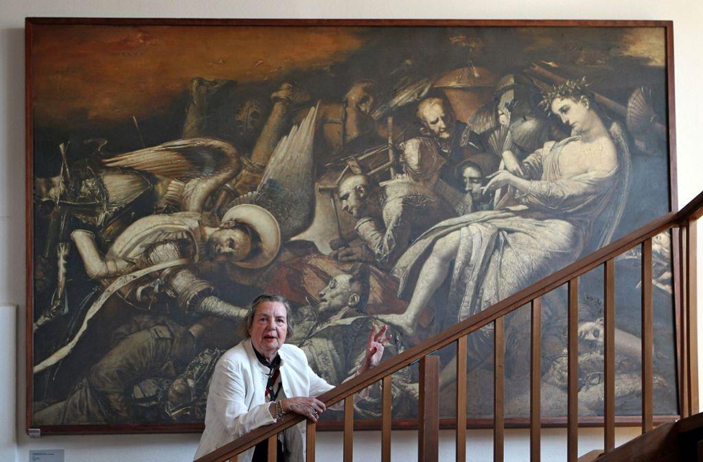 Das Werk des Malers Werner Tübke blieb auch nach der Wende aktuell – hier seine Witwe Brigitte Tübke-Schellenberger vor einem Gemälde. Viele  Werke von anderen DDR-Künstlern  verschwanden dagegen. Foto: dpa/Jan Woitas