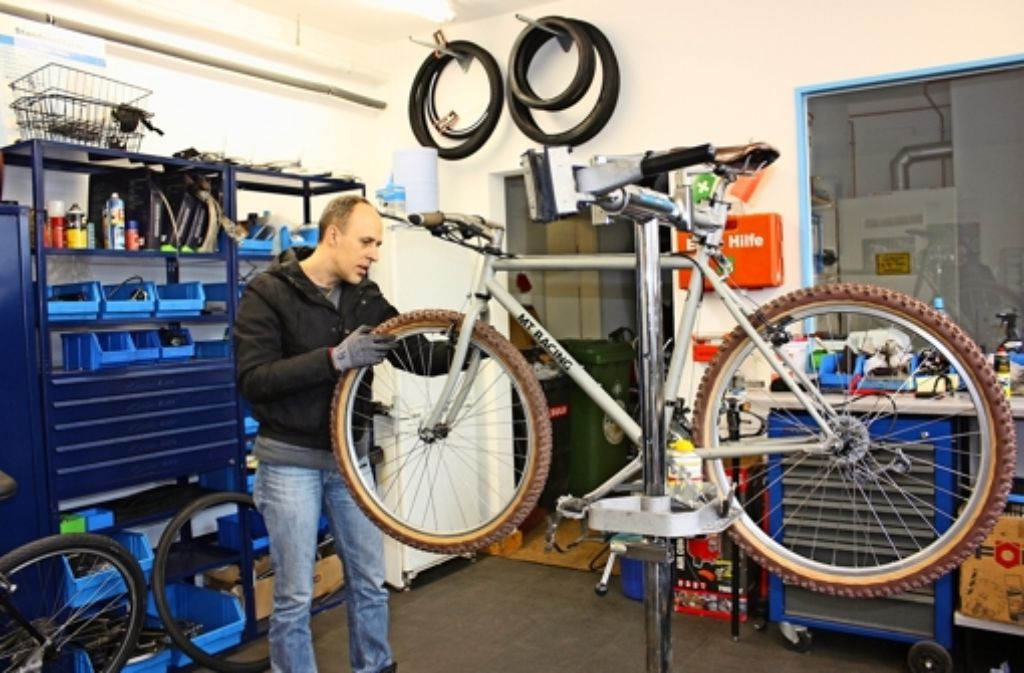 Mitarbeiter der Neuen Arbeit verpassen den Fahrrädern die Schlusspolitur. Foto: Annina Baur