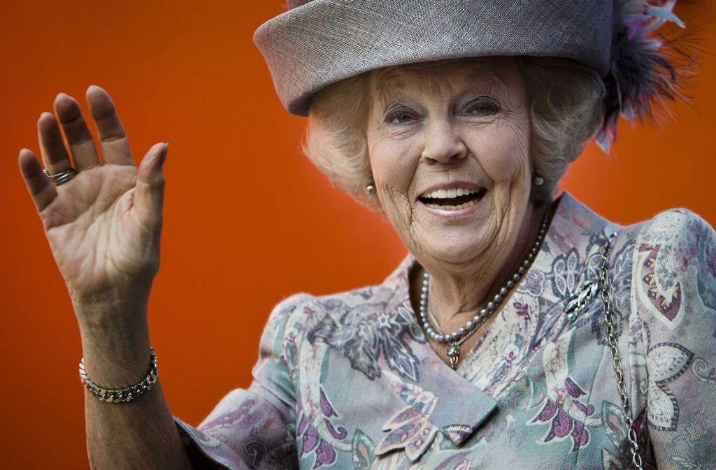 Beatrix mit elegantem Hut und typischem Lächeln. Foto: dpa