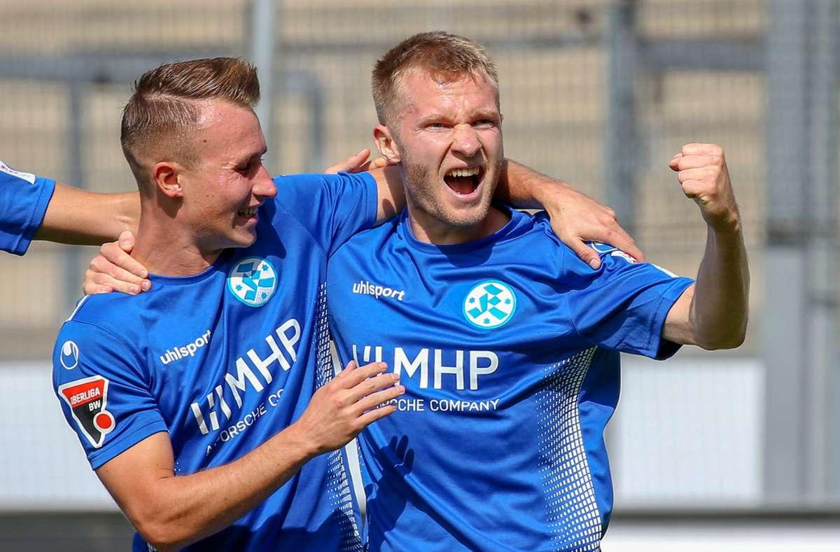Marvin Weiss (re.) jubelt mit Malte Moos: Der Mittelfeldspieler bringt Stabilität ins Kickers-Spiel. Foto: Baumann