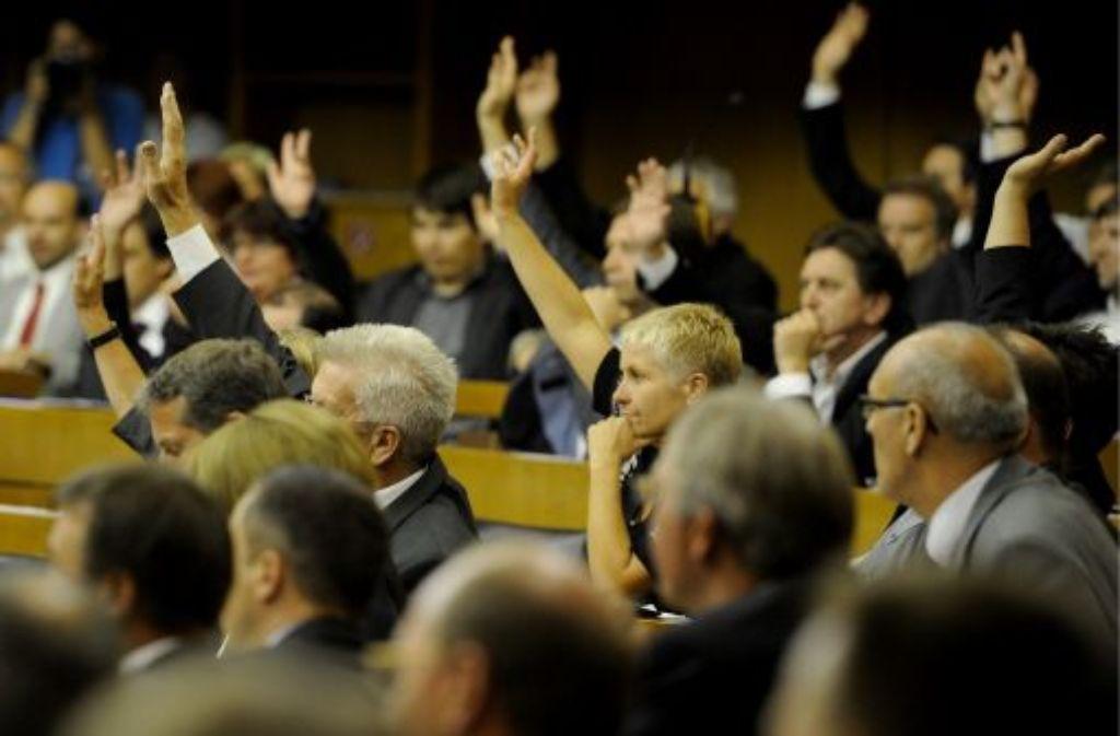 Entscheidung im Landtag: Ministerpräsident Winfried Kretschmann (Mitte) bei der Abstimmung. Foto: dapd