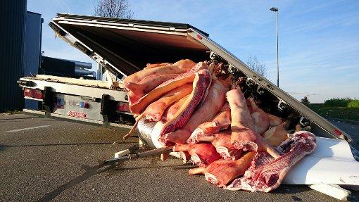 LKW verliert mehrere Tonnen Schweinefleisch
