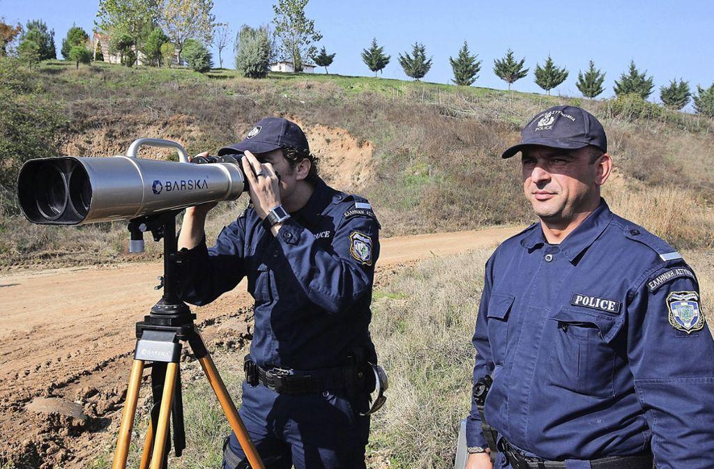 Ein griechischer Grenzpolizist bei der Grenzüberwachung Foto: dpa/Nikos Arvanitidis