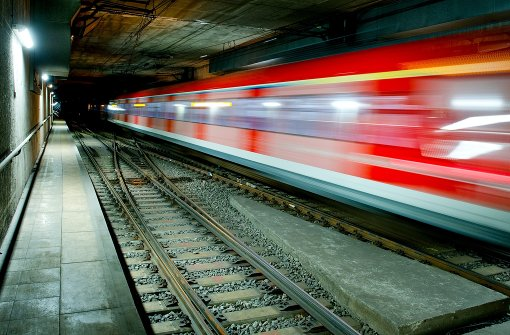 Junger Mann läuft vor S-Bahn über die Gleise