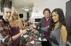 Alexander Hartmann, Gastgeberin des Abends Gina Lisa Lohfink, Tony Marshall und Mia Gray (von links) stoßen auf einen gemütlichen Abend in Stuttgart an. Foto: VOX/Joachim E. Röttgers