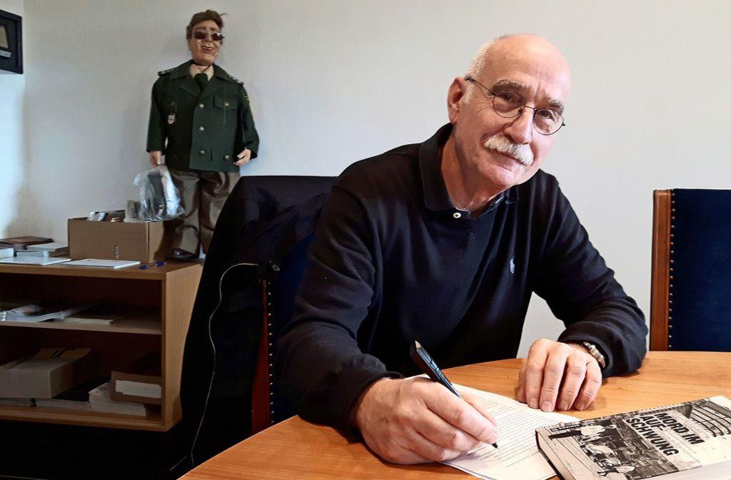 Michael Kühner signiert sein neues Buch über Morde aus den 60er Jahren. Foto: Funke