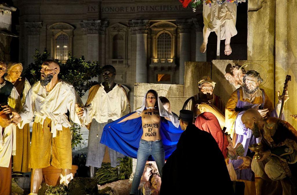 Die Femen-Aktivistin in der Krippe auf dem Petersplatz in Rom. Foto: AFP