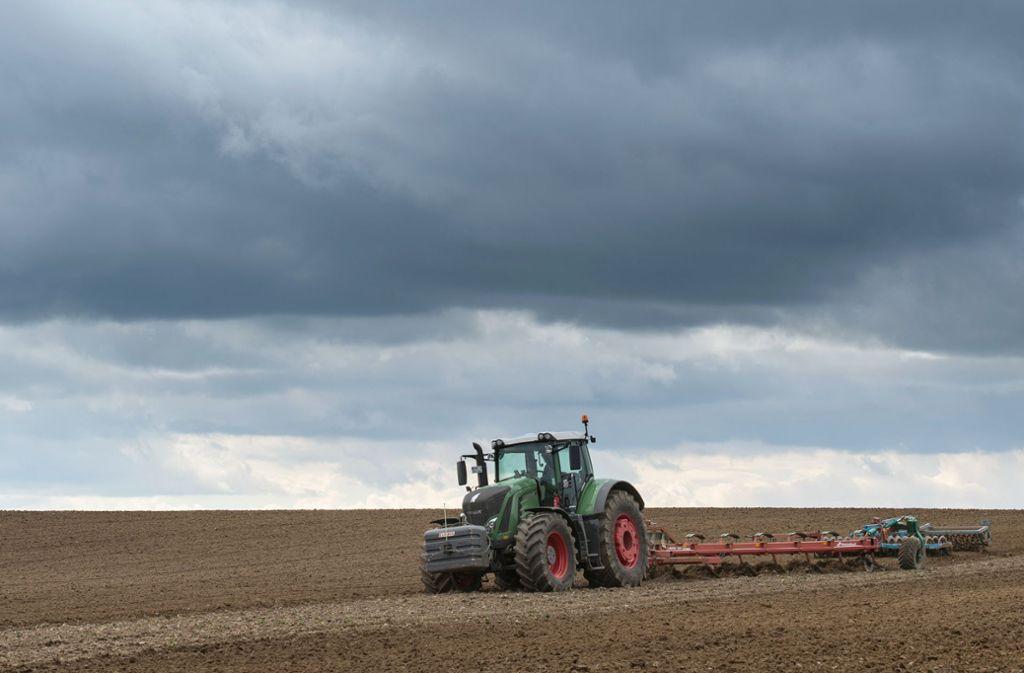 Ein Landwirt pflügt einen Acker. Landwirtschaftsbetriebe in Deutschland sollen nach 2020 deutlich weniger Geld aus dem EU-Haushalt bekommen als heute. Foto: dpa