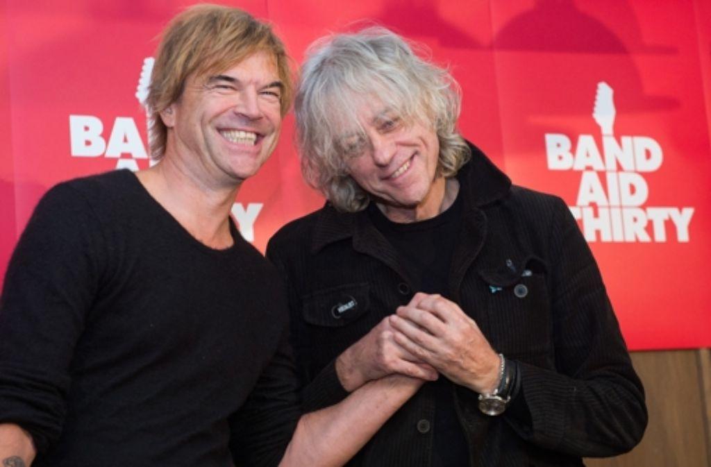 Bob Geldof (re.) will seinen Weihnachtshit auch in einer deutschen Version einspielen. Zugesagt hat unter anderem der Tote-Hosen-Sänger Campino. Foto: dpa