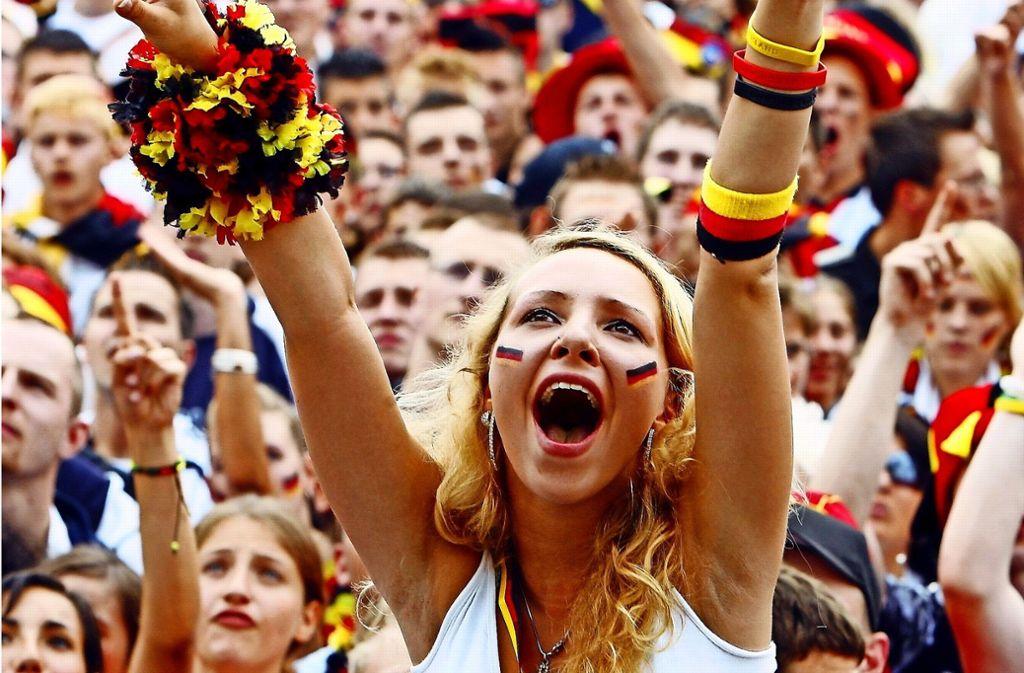 Beim Public Viewing fiebern Fußballfans gemeinsam mit ihrer Mannschaft mit. Foto: dpa
