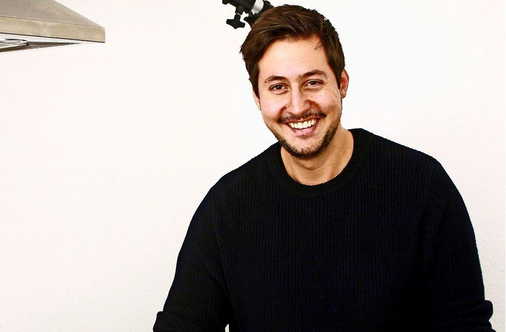 Alexander  Grimme in seiner Show-Küche, hier filmt er  seine Rezeptvideos. Foto: Jana Stäbener