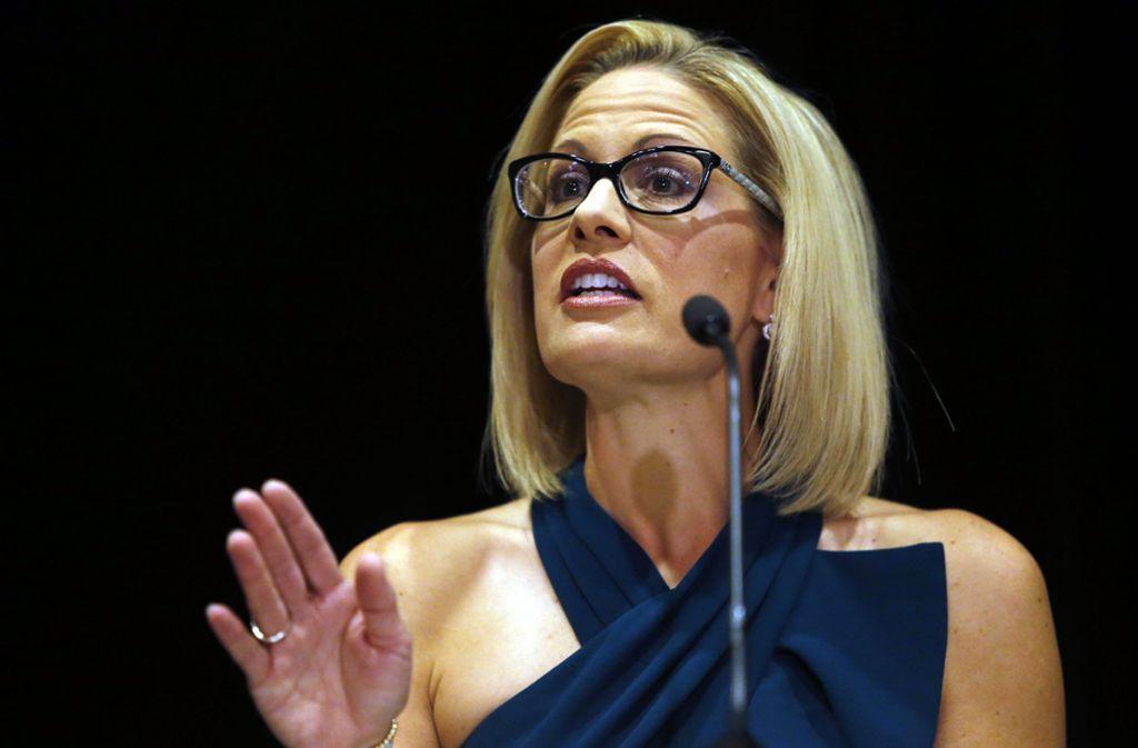 Krysten Sinema, die neu gewählte demokratische Senatorin von Arizona, erklärt ihren Wahlsieg eine Woche nach den Kongresswahlen. Foto: FR157181 AP