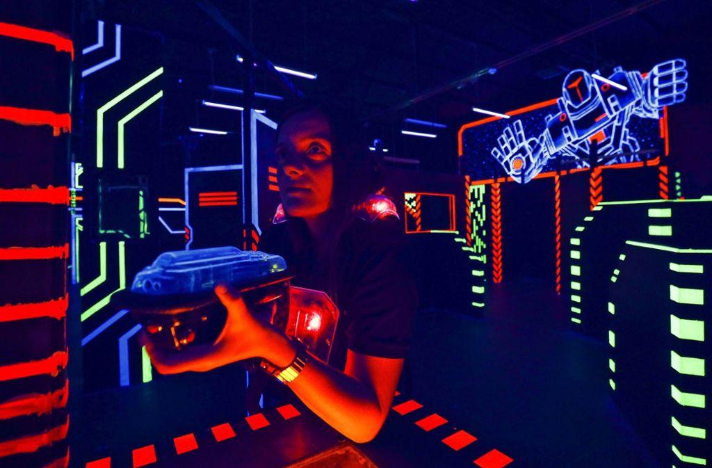 Die Filialleiterin Büsra Ceylan  in der bunten Neonwelt der Sindelfinger Laserbase. Foto: factum/Simon Granville