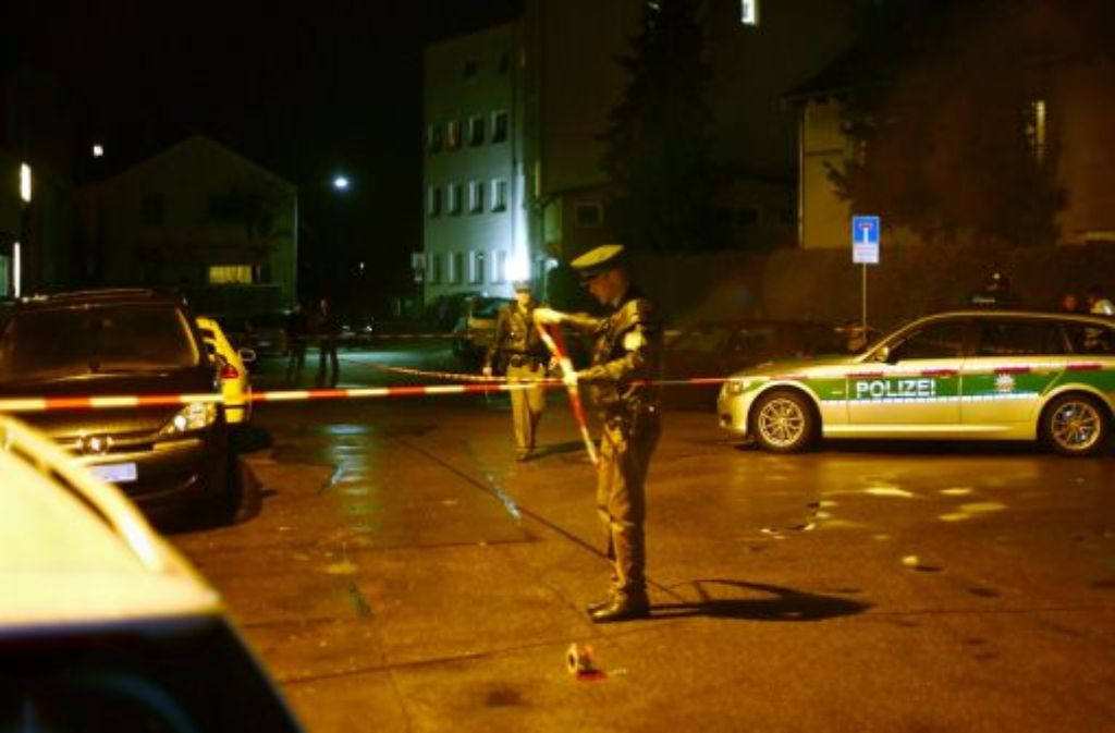 Polizisten sichern am 16. Dezember nach einer Schießerei in Neu-Ulm mit Absperrband den Tatort. Ein 31-jähriger Mann ist nach der Schießerei in Neu-Ulm am 17. Dezember an seinen Verletzungen gestorben. Foto: dapd