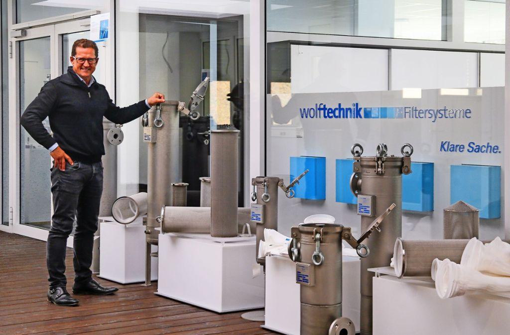 Im Show-Room des Neubaus in Weil der Stadt präsentiert Peter Krause die Filter von Wolftechnik. Foto: factum/Granville
