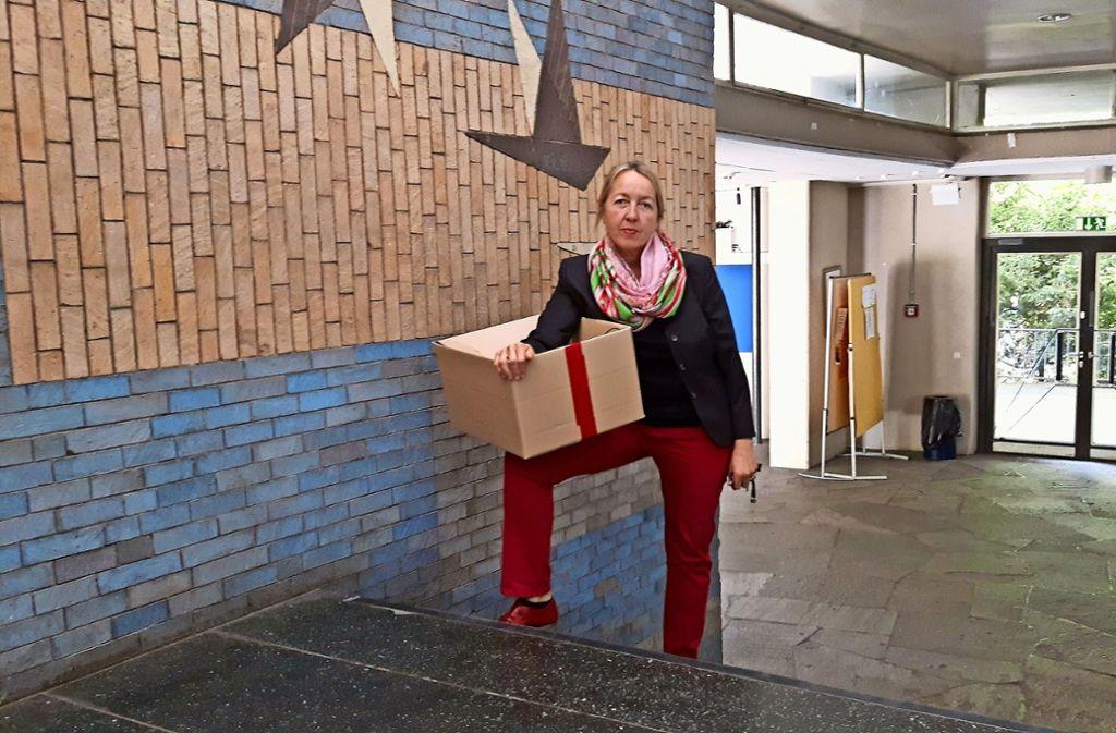 Schulleiterin Winkler   mit  einem rot markierten Umzugskarton Foto: Eva Funke
