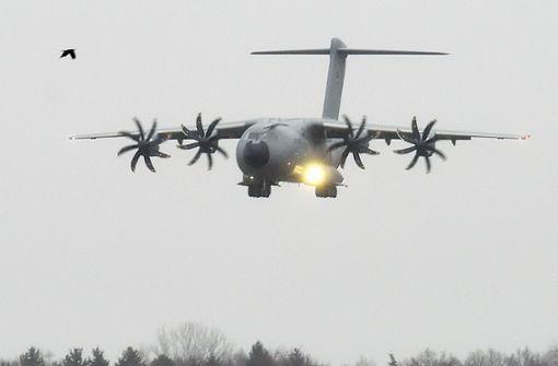 Schrauben am Propeller des Militärtransporters lösen sich