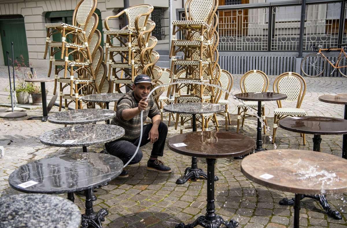 Sowohl in Restaurants als auch bei Veranstaltungen gelten strikte Vorschriften. Foto: dpa/Urs Flueeler