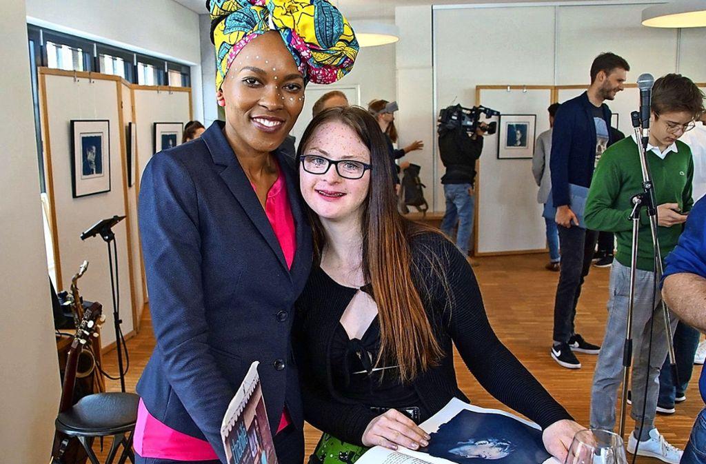 """Zwei, die für Stuttgarts  bunte Vielfalt stehen und als """"Junge Wilde"""" auf Kunstfotografien verewigt sind: Die aus Südafrika stammende Sängerin Thabilé und Tamara Röske, Model und Schauspielerin  mit Downsyndrom. Foto: Andy Werner, 7aktuell"""