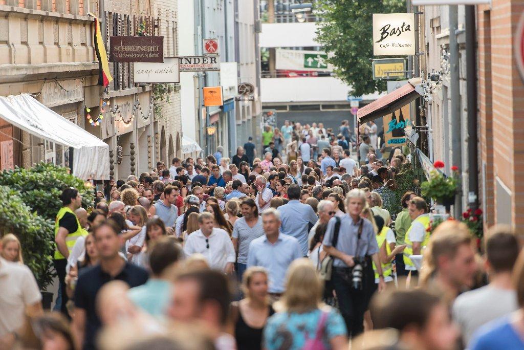 Tolles Sommerwetter zum Start am Donnerstagnachmittag: Noch bis Samstag lockt das Bohnenviertelfest in Stuttgart mit Altstadtflair, Unterhaltung und Kulinarischem. Foto: www.7aktuell.de | Oskar Eyb