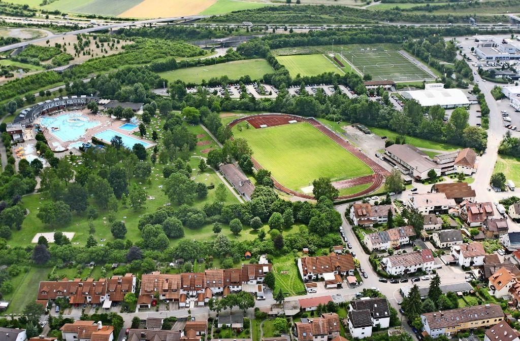 Die Wiese zwischen dem Leobad und dem Parkplatz (links oben) wird für 865 000 Euro in einen Kunstrasenplatz umgewandelt. Die Hälfte davon zahlt die Stadt. Foto: Andreas Gorr