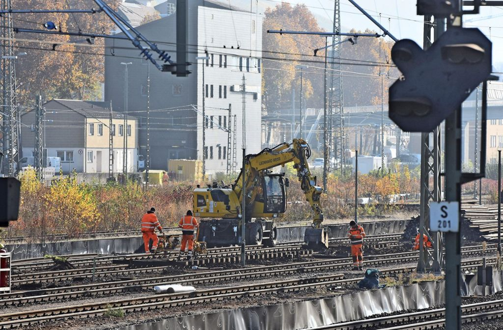 Wenige  Meter vom Eszet-Steg entfernt, wird jetzt das Gleisbett für die Interregio-Kurve freigeräumt. Foto: Kuhn