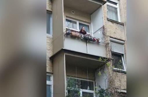 Sängerin musiziert auf Balkon im Heusteigviertel