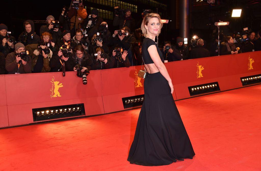 Die deutsche Schauspielerin Heike Makatsch präsentiert sich rückenfrei auf der diesjährigen Berlinale. Foto: Getty Images