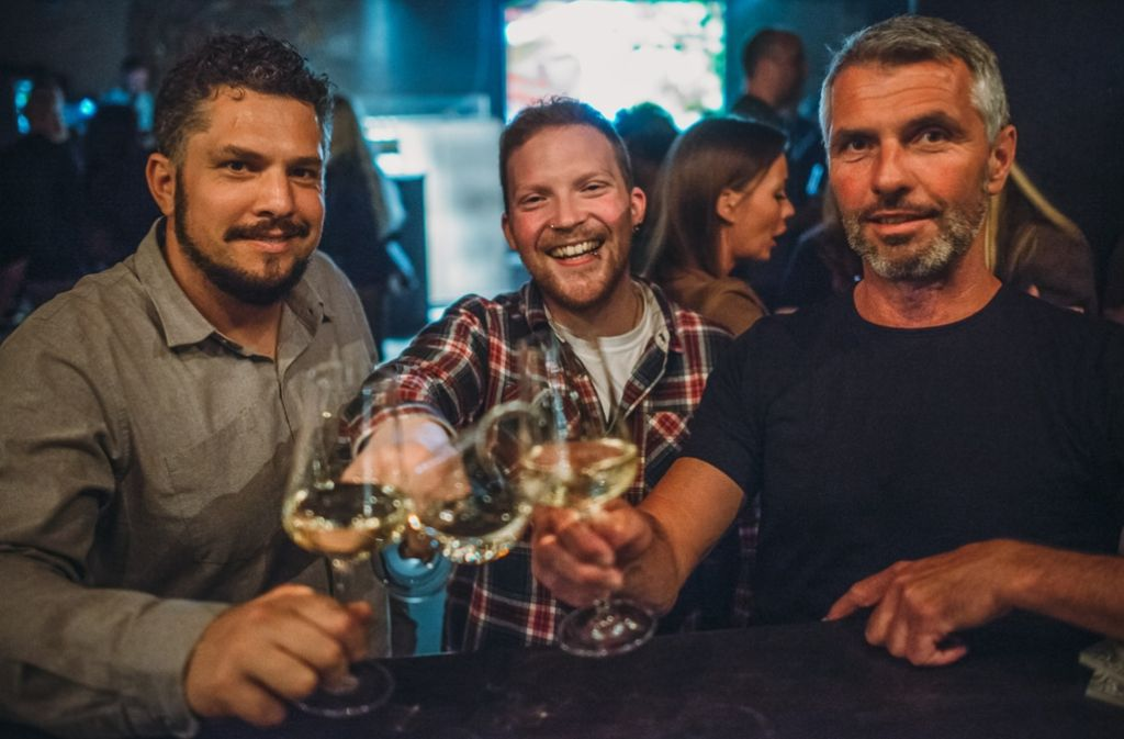 Feiern ihre Wein-Kooperation bei einem Gläschen Riesling: Schräglage-Geschäftsführer Axel Steinbeck (li.) und Heiko Grelle (re.) mit Winzer Moritz Haidle (mi.). Foto: Schräglage