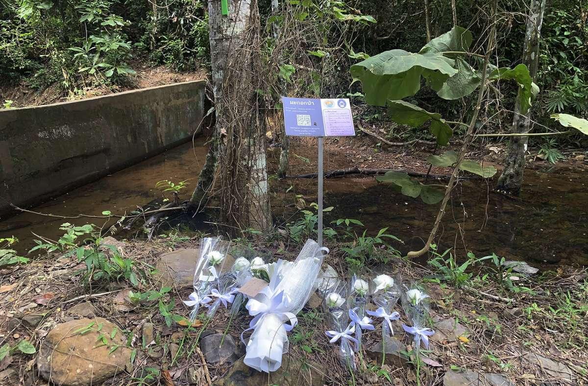 An dem Ort, an dem die Schweizerin tot aufgefunden wurde, wurden Blumen niedergelegt. Foto: dpa/Uncredited