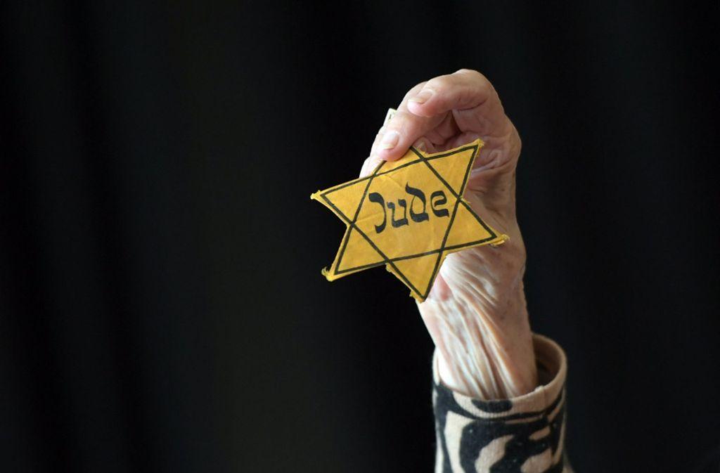 Im Nationalsozialismus mussten Hunderttausende in Europa den so genannten Judenstern tragen. Er war das Zeichen ihrer Entrechtung und Diskriminierung. Foto: dpa