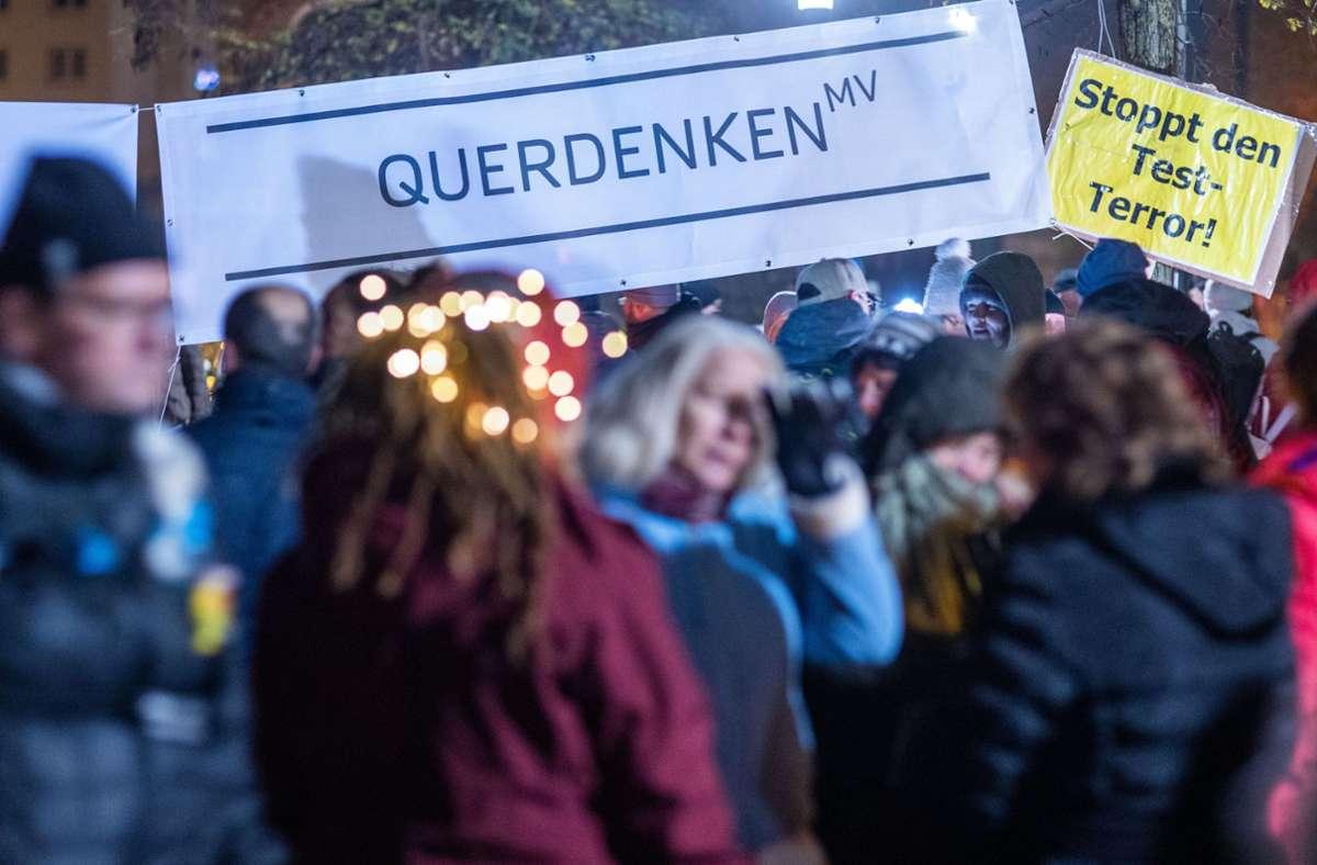 Die Polizei warnt davor, trotz Verboten zu demonstrieren. Foto: dpa/Jens Büttner