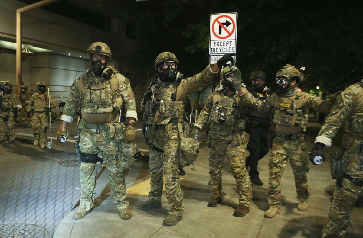 Schwer bewaffnete Bundespolizisten vor einem Einsatz in Portland Foto: dpa/Dave Killen