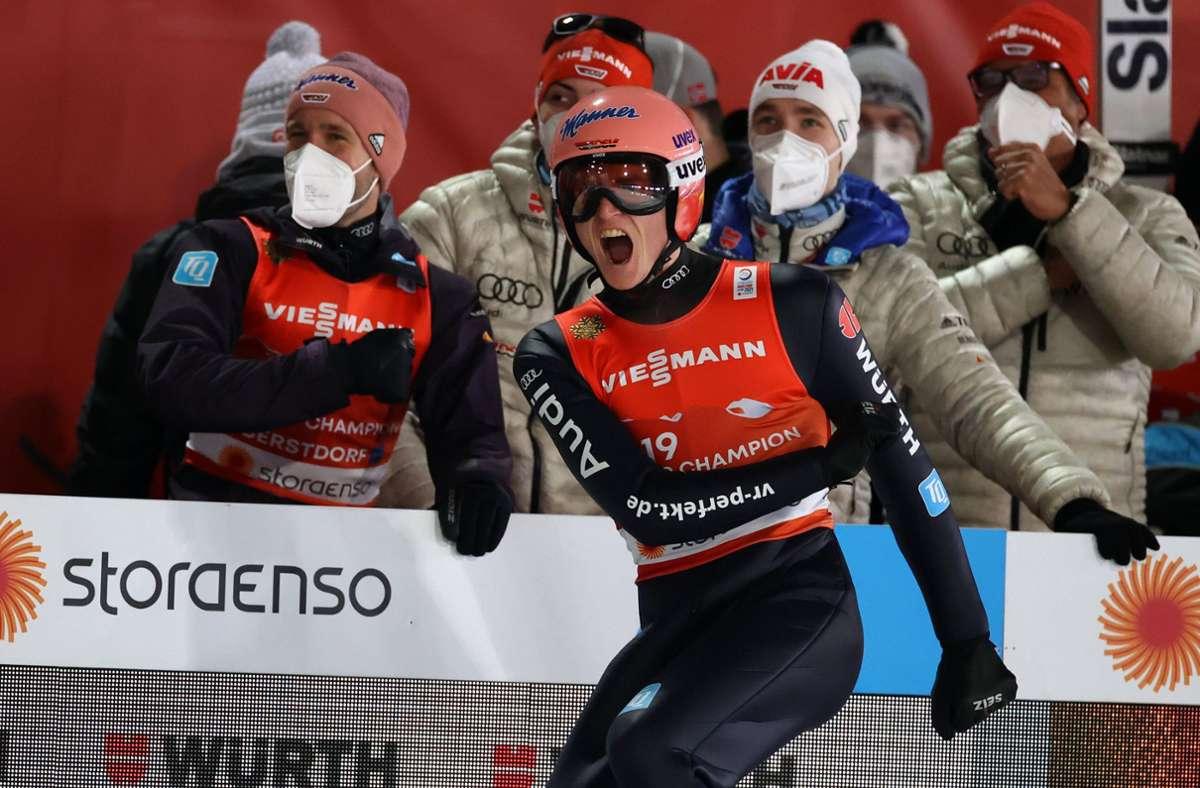 Skispringer Karl Geiger (vorne) holte bei der Nordischen Ski-WM in Oberstdorf vier Medaillen. Foto: dpa/Karl-Josef Hildenbrand