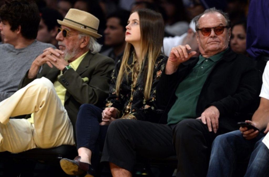 25. Dezember 2013: Basketballfan Jack Nicholson (rechts) sitzt mit seiner Tochter Lorraine (Mitte) bei einem NBA-Spiel der Los Angeles Lakers gegen Miami Heat in der ersten Reihe. Foto: dpa