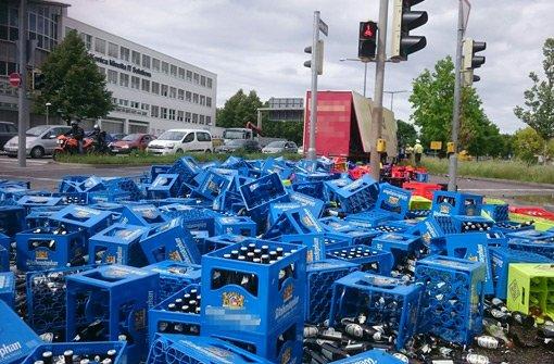 Lastwagen verliert 200 Bierkästen