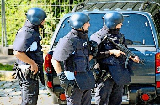 Zusätzlich zu ihrer bisherigen Schutzausrüstung sollen Beamte für Terroreinsätze einen Überwurf bekommen, der mit flexiblen Platten ausgestattet ist. Foto: dpa